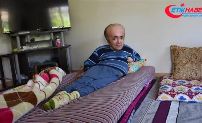 Hidrosefali hastası Abdullah 42 yıldır bebek gibi bakılıyor