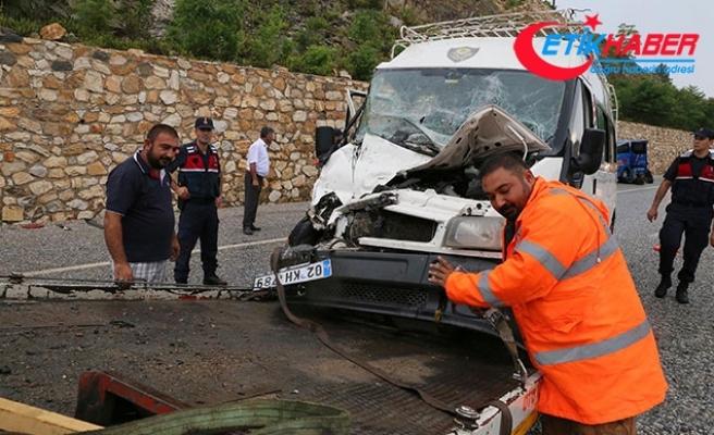 İşçileri taşıyan minibüs ile TIR çarpıştı: Çok sayıda yaralı