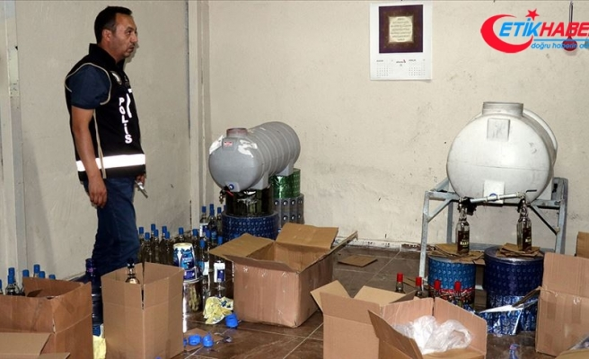 İzmir'de günde bin litre sahte içkinin piyasaya sürüldüğü depoya operasyon