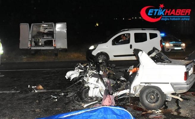 Kemalpaşa'da iki otomobil çarpıştı: 3 ölü, 1 yaral