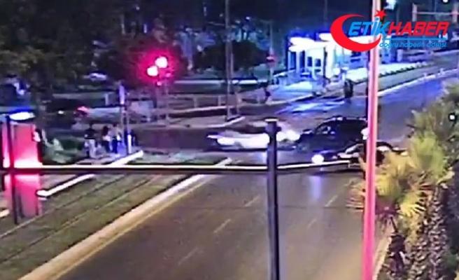 Kırmızı ışık ihlali yapan otomobil sürücüsü, 3 yayaya çarptı