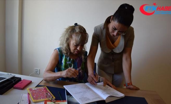 Kızının öğrencisi olabilmek için 65 yaşında sınava girdi