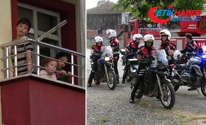Mahalle halkı endişelendi, annelerinin evde bıraktığı 3 çocuğu polis aldı