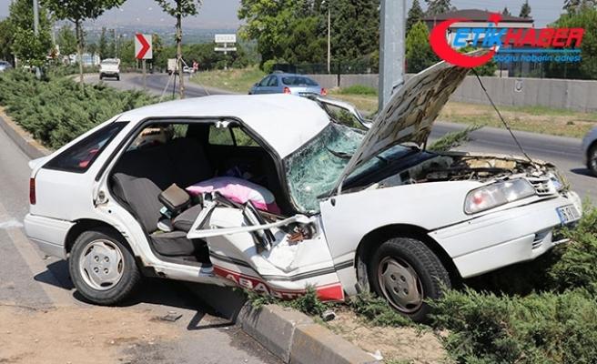 Otomobil, aydınlatma direğine çarptı: 2'si çocuk 5 yaralı