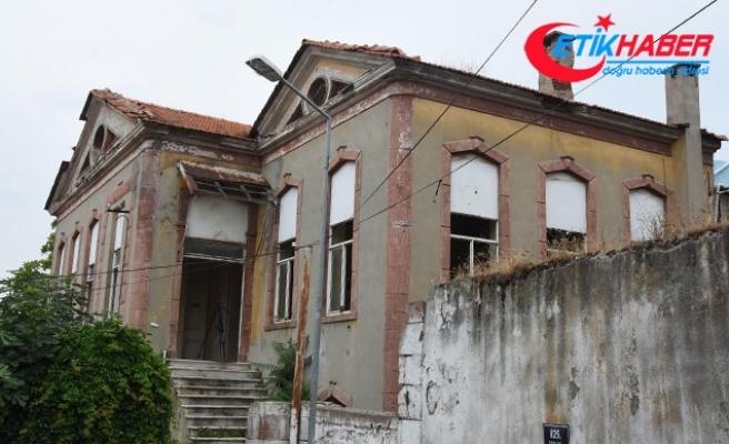 Tarihi Rum okulu yağmalandı
