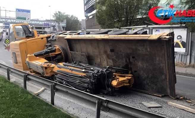 Bakırköy'de vinç yola devrildi: 1 yaralı
