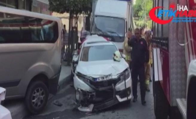 Eyüpsultan'da freni patlayan kamyon, park halindeki araçlara çarptı
