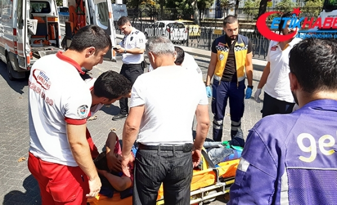 Fatih'te tramvay ile motosikletli kurye çarpıştı: 1 yaralı