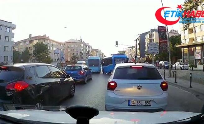 Maltepe'de minibüsçülerin yolcu kapmak için yarıştığı anlar kamerada