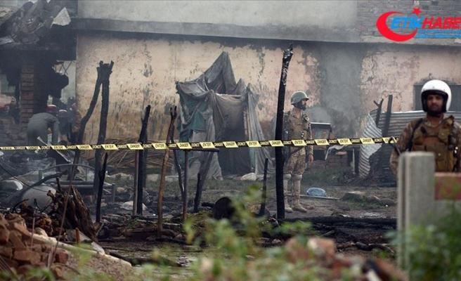 Pakistan'da askeri eğitim uçağı evlerin arasına düştü: 17 ölü