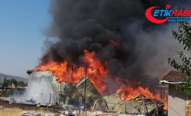 Palet fabrikası alev alev yanıyor