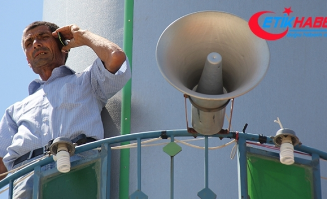 Telefonla konuşabilmek için cami minaresine çıkıyorlar