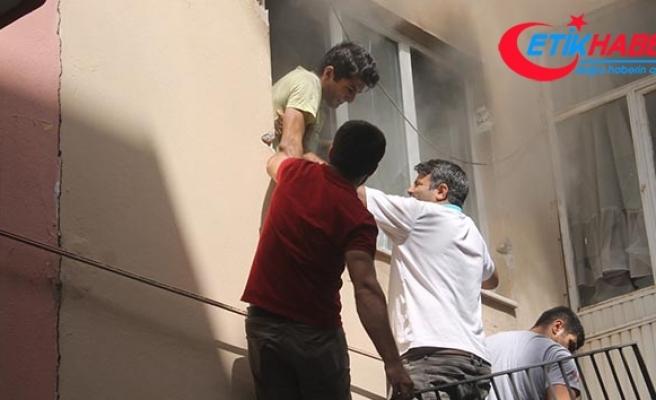 Apartmana tırmanıp yangında mahsur kalan öğrenciyi kurtardı