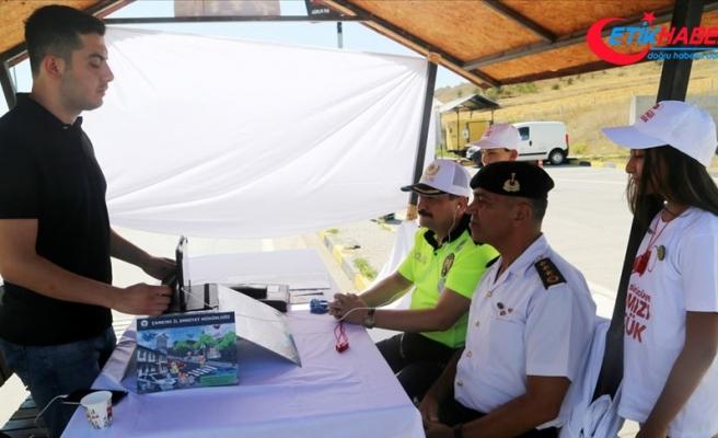 Bakan Soylu video konferans ile trafik kontrol noktasına bağlandı