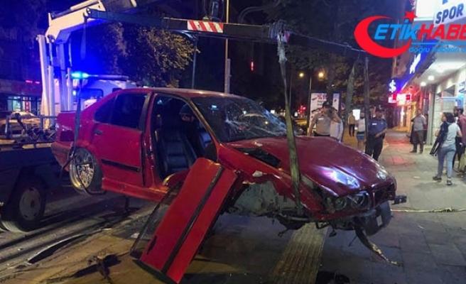 Başkent'te 3 araca çarpan otomobil, dükkana girdi