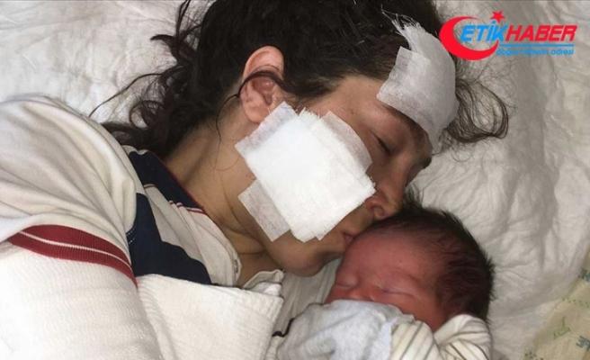 Bıçaklı saldırıya uğrayan anne bebeğini kucağına aldı