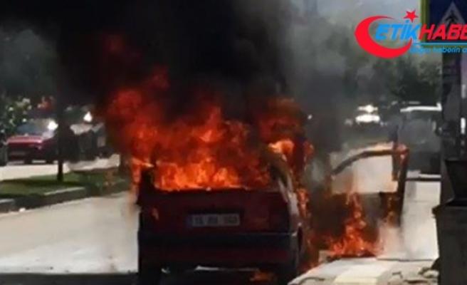Bursa'da otomobil alev alev yandı, 3 kişi ölümden döndü