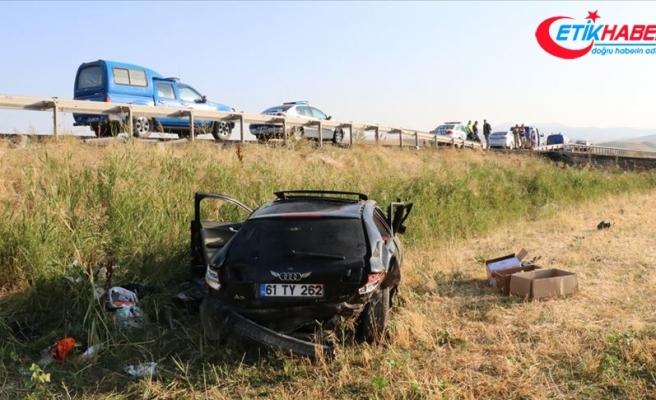 Erzincan'da otomobil şarampole devrildi: 2 ölü, 1 yaralı