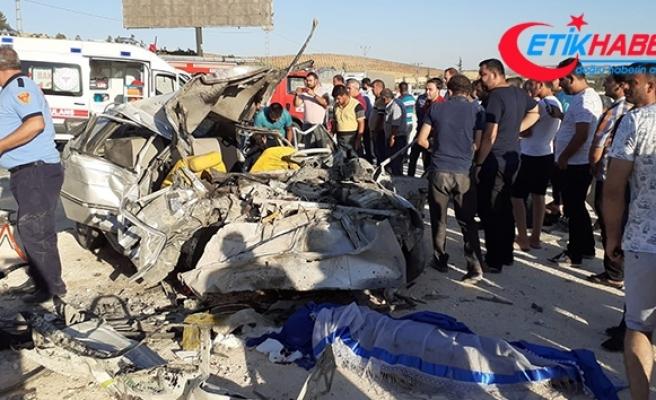Gaziantep'te otomobil ile minibüs çarpıştı: 3 ölü, 12 yaralı