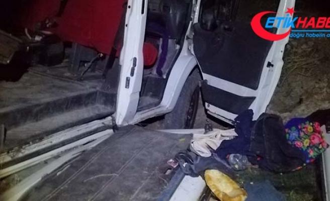 Kaçak mülteci taşıyan minibüs kaza yaptı; 17 yaralı