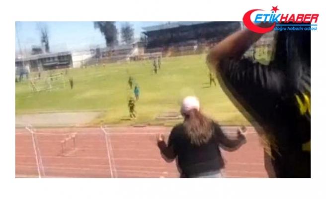 Peru'da taç kullanmak için saha kenarına giden küçük futbolcu drenaj çukuruna düştü