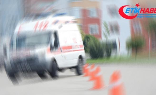 Saman yüklü traktör ile otomobil çarpıştı: 2 yaralı