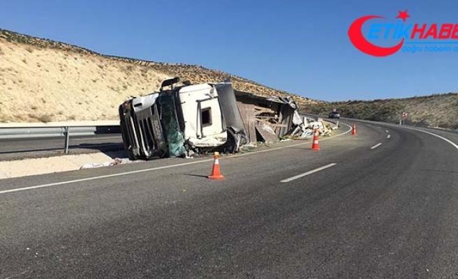 Virajı alamayan kamyon yan yattı: 2 ölü