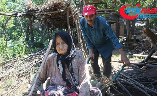 Yolu olmayan vatandaş, hasta annesini el arabasıyla taşıyor