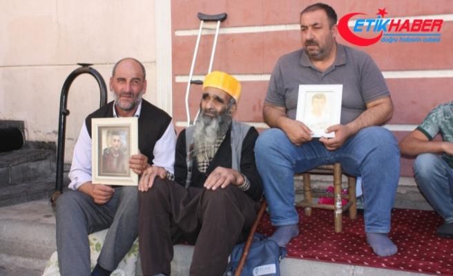 HDP önünde eylem yapan ailelere 85'lik deden destek ziyareti