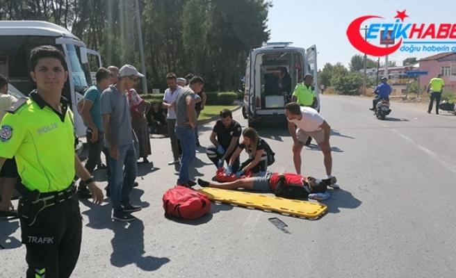 Kasksız motosiklet sürücüsü ağır yaralandı
