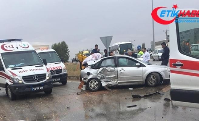 Sungurlu'da otomobil ile minibüs çarpıştı: 5 yaralı