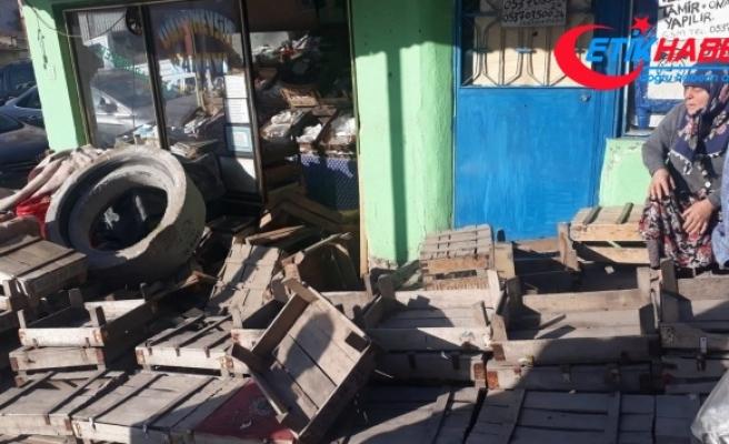 Dükkana müşteri beklerken 250 kiloluk beton blok girdi