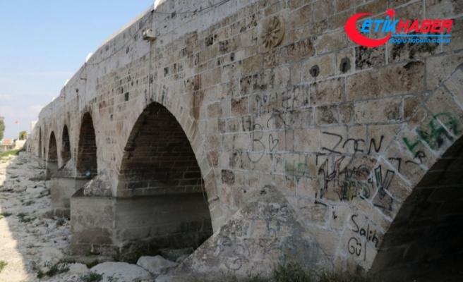 Dünyanın en eski köprüsüne sprey boya ile yazı yazdılar