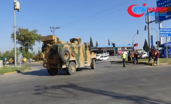 Hatay'da komandoların geçişine Türk bayraklı destek