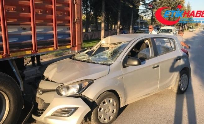 Kamyona çarpan otomobilin sürücüsü kazayı ucuz atlattı