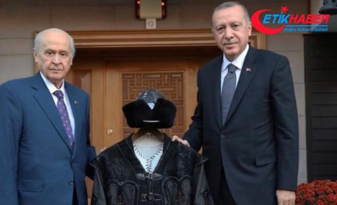 MHP Lideri Devlet Bahçeli, Cumhurbaşkanı Erdoğan'a Hakan Kaftanı hediye etti