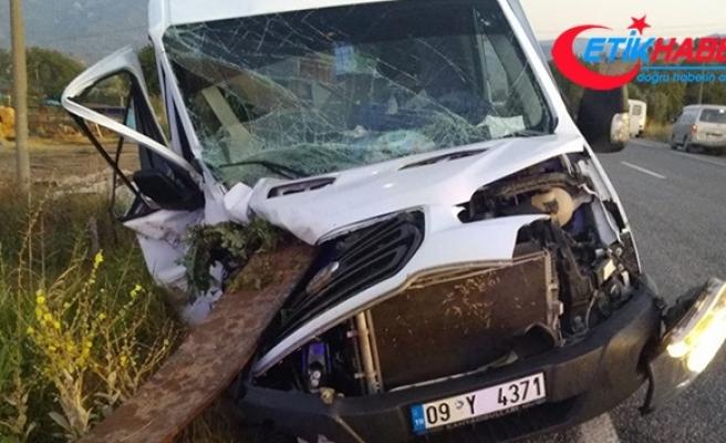Minibüs traktöre çarptı; 1 ölü 1 yaralı