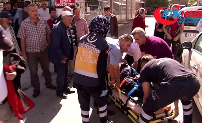 Otomobilin çarptığı yaralıya ilk müdahaleyi yoldan geçen doktor yaptı