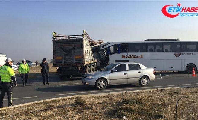 Afyonkarahisar'da yolcu otobüsü ile tır çarpıştı: 2 ölü, 21 yaralı