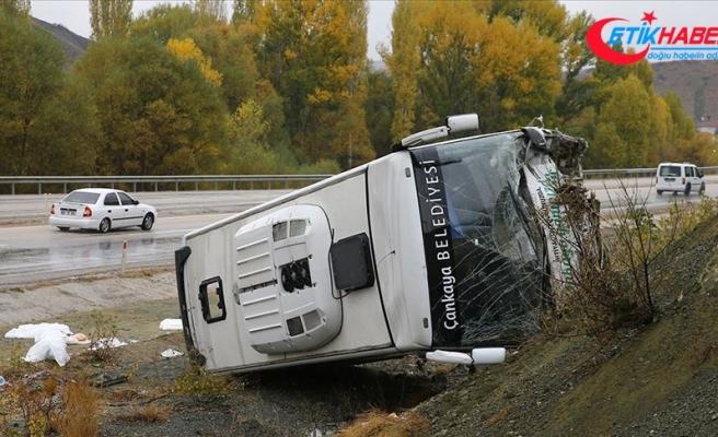 Ankara-Bala kara yolunda servis aracı devrildi
