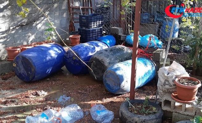 Adana'da imalathaneye dönüştürülen evde bin litre sahte içki ele geçirildi