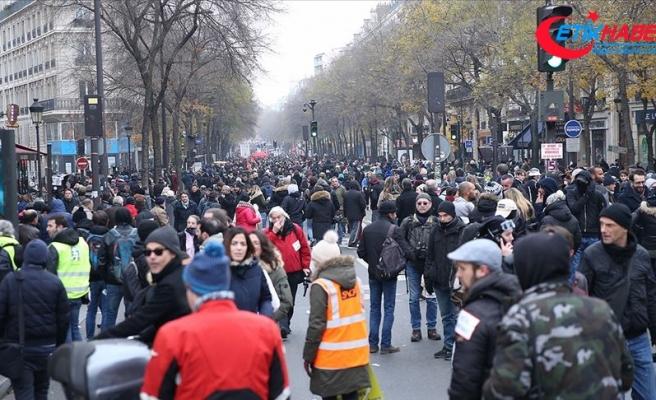 Fransa'daki grevin 7. gününde Paris'te 460 km'lik araç kuyruğu oluştu