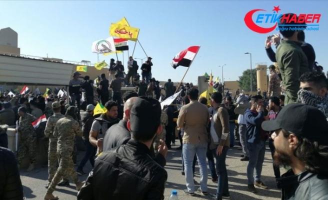 Iraklı protestocular ABD'nin Bağdat Büyükelçiliği binasını basarak içeri girdi