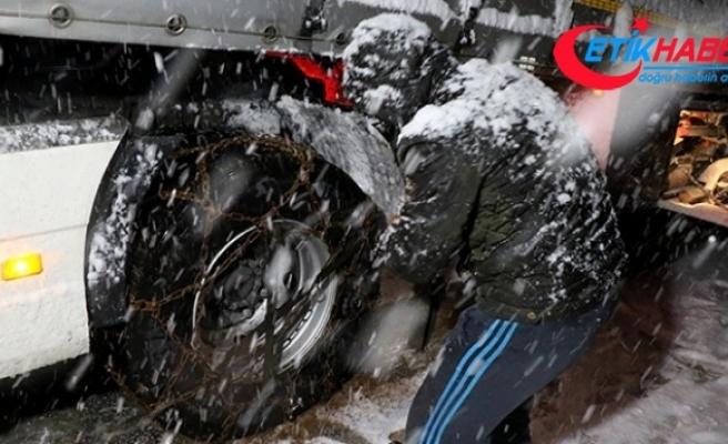 Kar yağışı ve tipi Kop Dağı Geçidi'nde ulaşımın aksamasına neden oldu