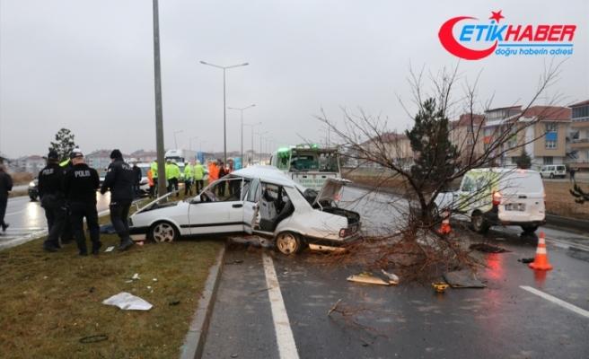 Kütahya'da otomobil refüjdeki ağaca ve direğe çarptı: 2 ölü, 3 yaralı