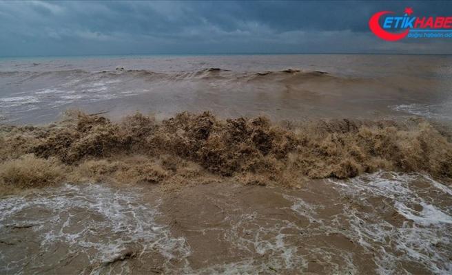 Sağanak nedeniyle Mersin'de denizin rengi değişti
