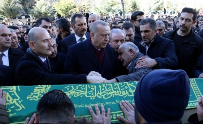 Cumhurbaşkanı Erdoğan, depremde hayatını kaybeden anne ve oğlunun cenaze törenine katıldı