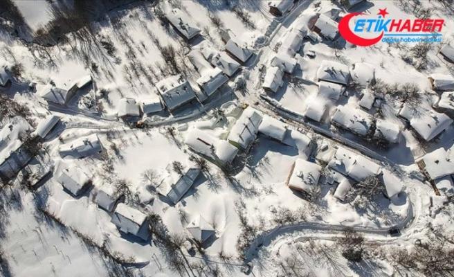 Domaniç eteklerinde 3 metreye ulaşan kar yaşamı olumsuz etkiliyor