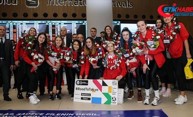 Olimpiyat vizesi alan A Milli Kadın Voleybol Takımı, İstanbul'da coşkuyla karşılandı
