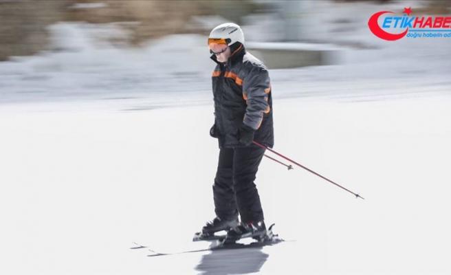 Sanayi ve Teknoloji Bakanı Varank, Erzincan'da gece kayağı yaptı